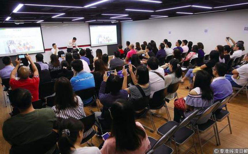 HKExcel的創辦人接受《香港經濟日報》邀請,向超過100名家長分享修讀IB的心得